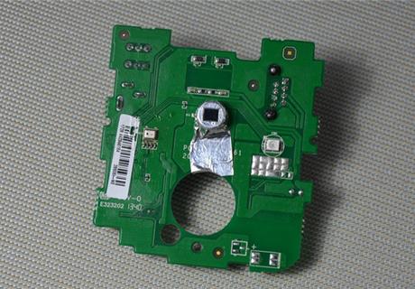 从电路板上我们可以看到它正面分别排列着人体红外感应器,mic以及光敏